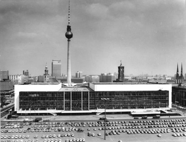 Bundesarchiv_Bild_183-1986-0424-304-_Berlin-_Palast_der_Republik